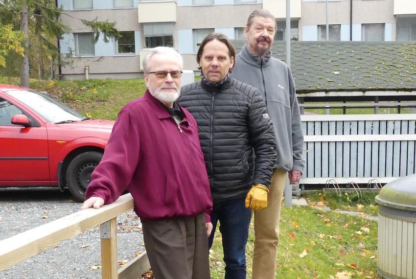 Kaivon kannella. Olavi Aronen, Jouni Salakari ja Jaakko Lamminen kertovat, että energiakaivojen syvyys on 300 metriä.