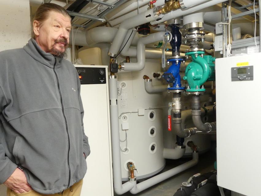 Konehuone. Jaakko Lamminen esittelee hybridijärjestelmän laitteistoja. Keskellä näkyy varaaja.